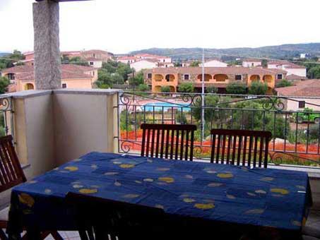 balcone con tavolo